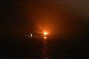 """El resplandor del fuego en el buque """"Maersk Honam"""""""