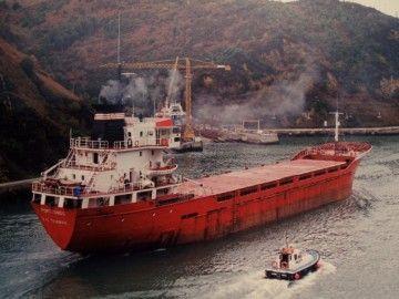 """El buque """"Portuondo"""", maniobrando en el canal de Pasajes de San Juan"""