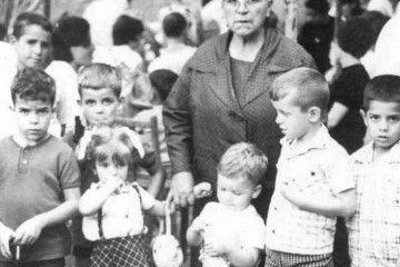 Doña Luz, como la llamaba todo el pueblo, rodeada de niños