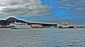 """El ferry """"Volcán de Tauce"""" (izquierda), zarpa del puerto de Las Palmas"""