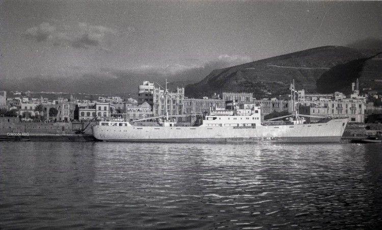 """El buque danés """"Verna Clausen"""", atracado en el muelle de ribera del puerto de Santa Cruz de Tenerife"""