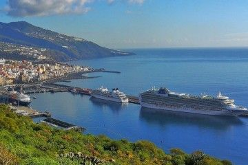 El puerto de Santa Cruz de La Palma, visto desde la carretera de La Grama