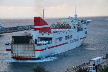 """El buque """"Albayzin"""" maniobra en el puerto de Santa Cruz de La Palma"""