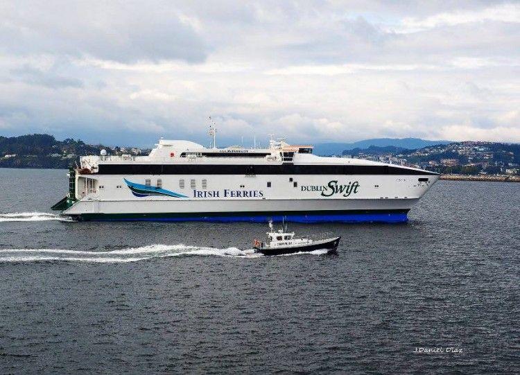 """El catamarán """"Cecilia Payne"""", a su llegada a A Coruña"""