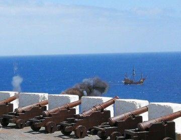 """Salvas de ordenanza saludan la llegada de la réplica de la nao """"Santa María"""" a La Palma"""