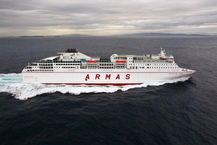 """El ferry """"Volcán del Teide"""" ha acudido en ayuda de una patera"""