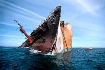 """La proa del petrolero """"Amoco Cádiz"""", cuando el desastre ya se había consumado"""