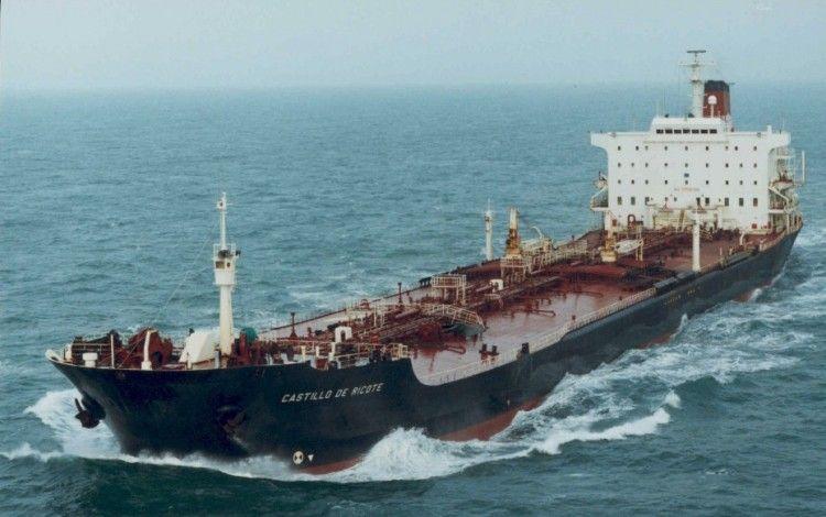 """El petrolero """"Castillo de Ricote"""", a plena carga, navegando por el canal de la Mancha"""