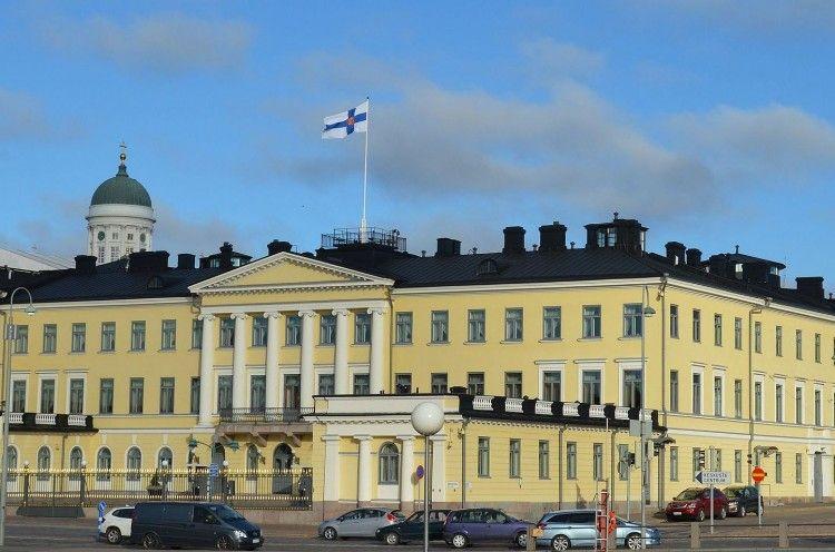 Fachada principal neoclásica del Palacio Presidencial de Helsinki