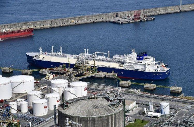 """El buque metanero """"Eduard Toll"""", atracado en la terminal BBG"""