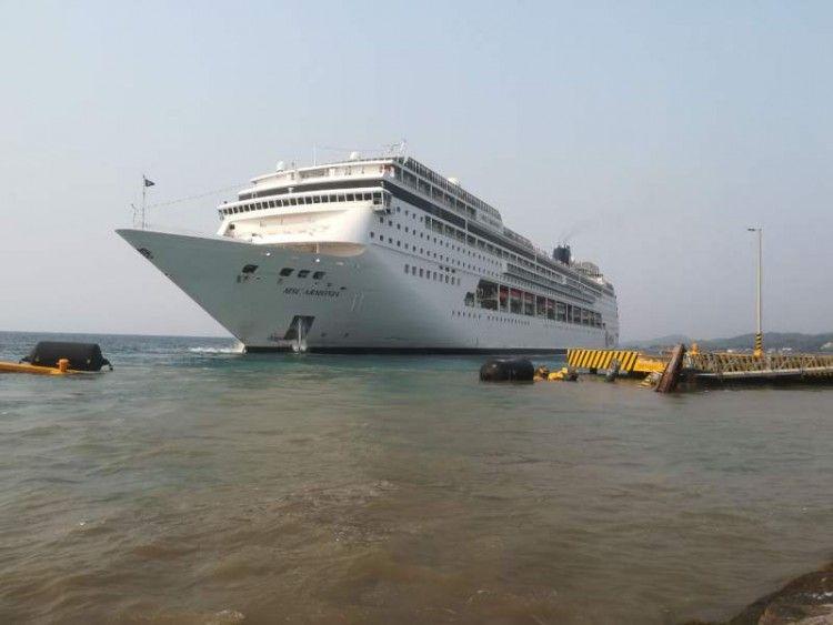 """El buque """"MSC Armonía"""", tras el destrozo ocasionado en la maniobra de atraque"""