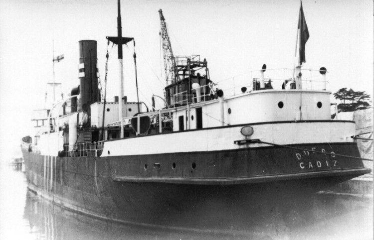 """El buque """"Duero"""", antes de la reforma de 1949, visto por la aleta de babor"""