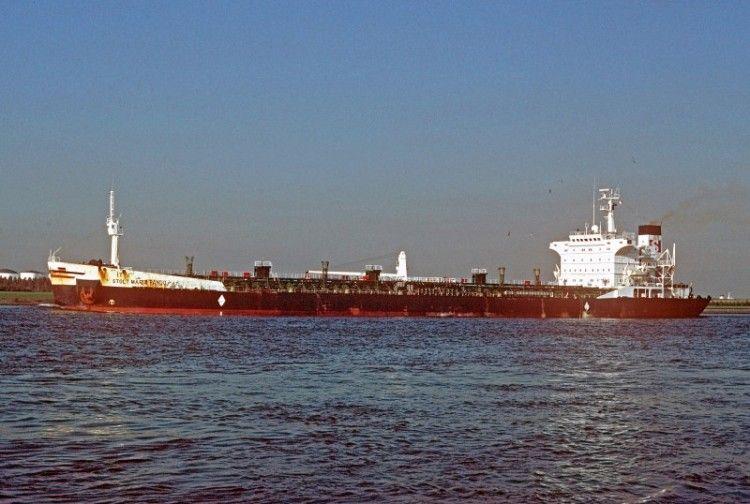 """El buque quimiquero """"Solt María Pando"""", visto en toda su eslora por la banda de babor"""