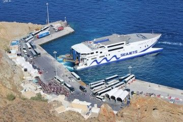 """El catamarán """"Champion Jet 2"""", opera en el pequeño puerto de Santorini"""