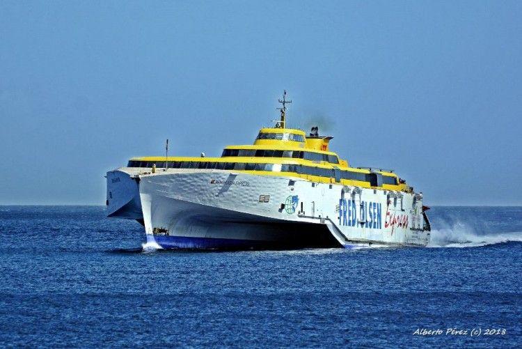 """El fast ferry """"Benchijigua Express"""" se prepara para su varada en Ferrol"""