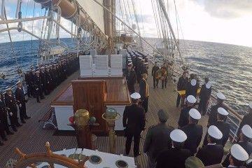 La dotación del buque-escuela español, durante la ceremonia naval