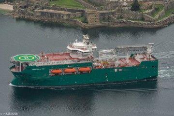 """Verde impoluto, el flotel """"Cerro de la Pez"""" navega por la ría de Ferrol"""
