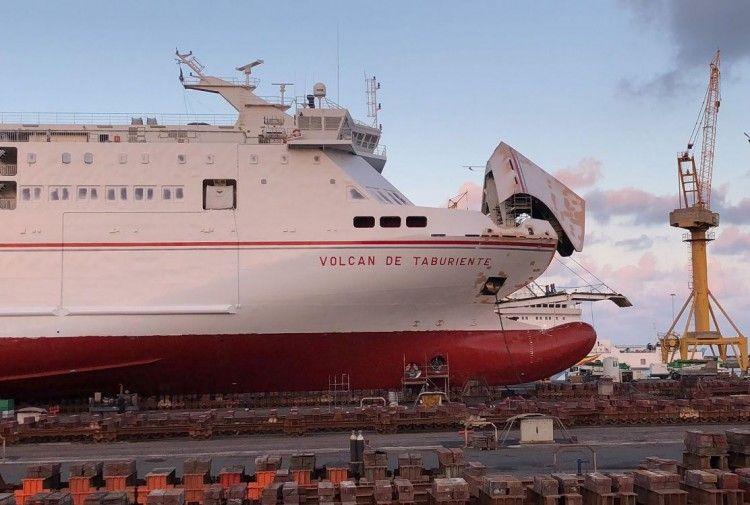 """Detalle de la proa del buque """"Volcán de Taburiente"""", varado en ASTICAN"""