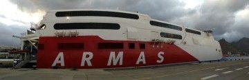 """El catamarán sueco """"Express"""", atracado en el muelle sur del puerto tinerfeño"""