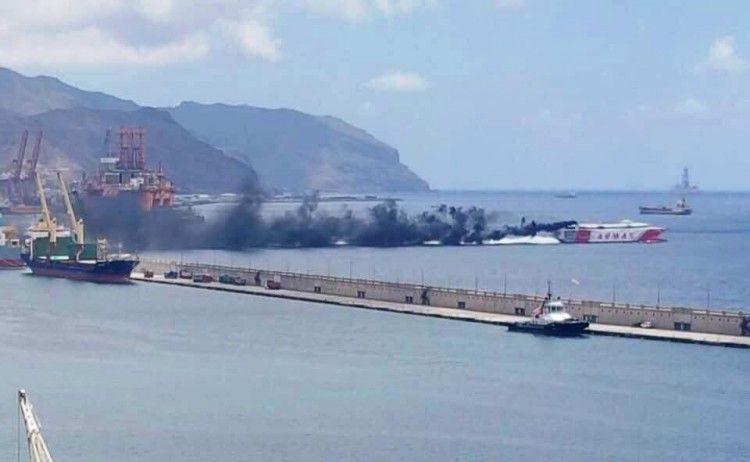 """La densa humareda negra del """"Volcán de Teno"""", a su salida ayer del puerto tinerfeño"""