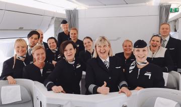 La comandante Outi y su tripulación del último vuelo al mando de un A350 de Finnair