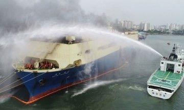 """Medios contraincendios combaten el fuego a bordo del buque """"Auto Banner"""""""