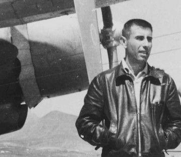 Francisco Andreu Plaza, junto a un avión Douglas DC-3 de Spantax en Gando (1963)