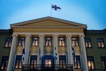 Fachada del Palacio Presidencial de Helsinki, en el que ondea la bandera nacional