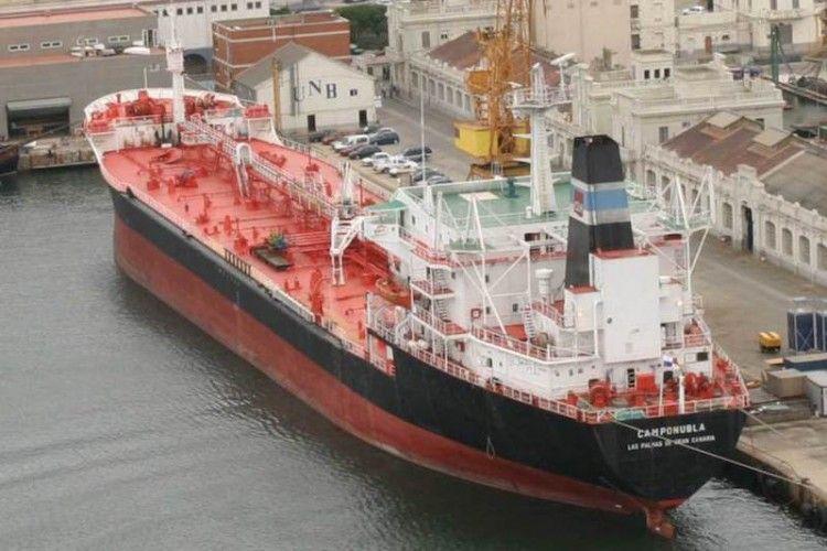 """El petrolero """"Camponubla"""", con la contraseña de CLH, en el puerto de Barcelona"""