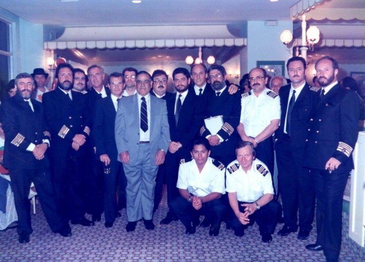 El grupo de capitanes, jefes de máquinas y oficiales posa junto a Juan el patrón, Gerardo Armas López y Antonio Armas Fernández