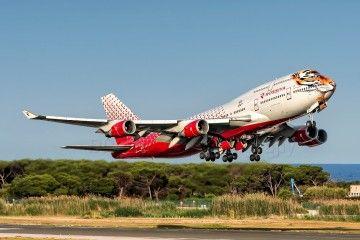 La llamativa librea del B-747 de Rossiya, resalta aun más con la pintura del morro