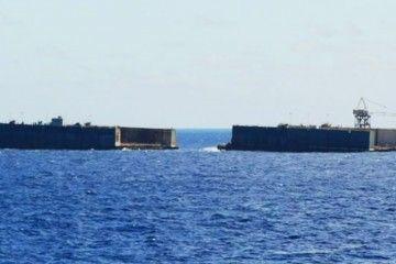 Las dos mitades del dique flotante de Palumbo, en el inicio de su viaje a Tenerife