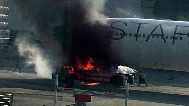 El incendio ha provocado diez heridos y daños de importancia en la parte delantera del avión