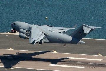 El avión C-17A ZZ-174, en fase de despegue del aeropuerto de Gibraltar