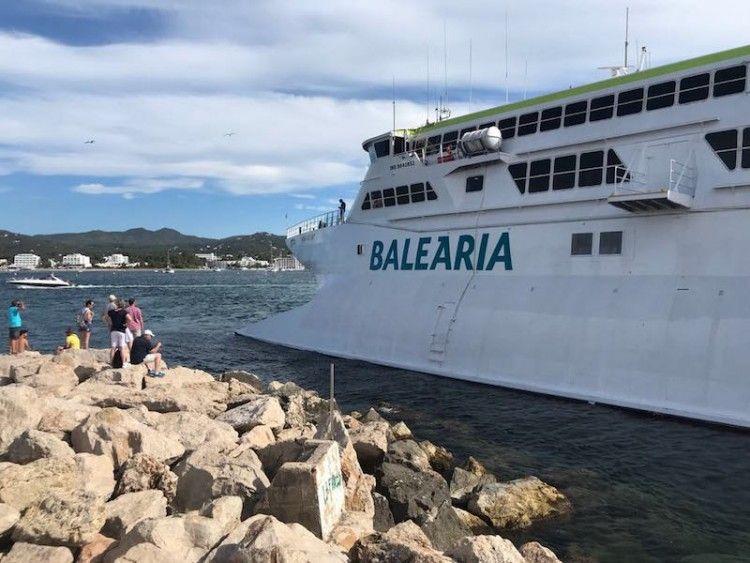 """El catamarán """"Pinar del Río"""" embarrancó ayer tarde a la entrada del puerto de Sant Antoni (Ibiza)"""
