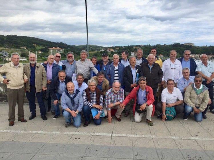 """El grupo de """"trasatlánticos"""", en una foto de familia en el puente de acceso a Plencia"""