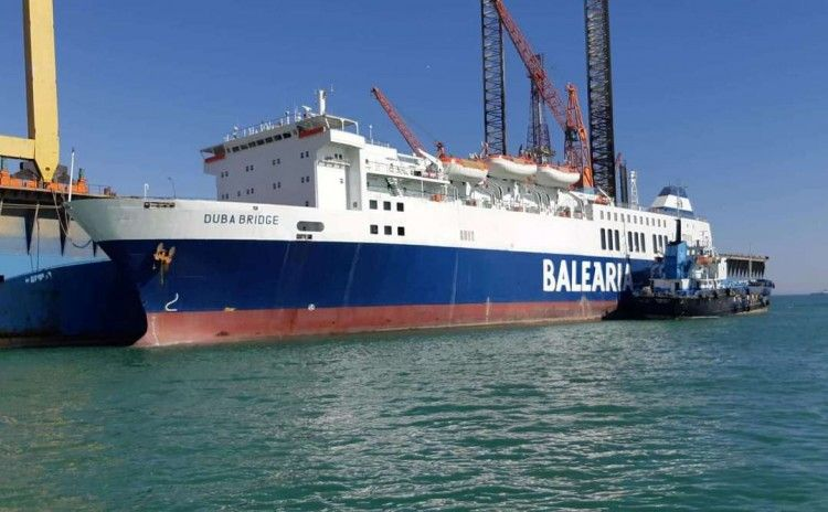 """El buque """"Duba Bridge"""", en Suez, fletado por una sociedad en la que participa Balearia"""