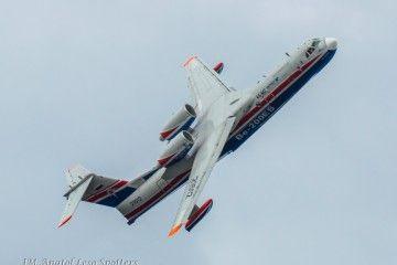 El avión anfibio ruso Beriev Be-200ES, en una de sus evoluciones