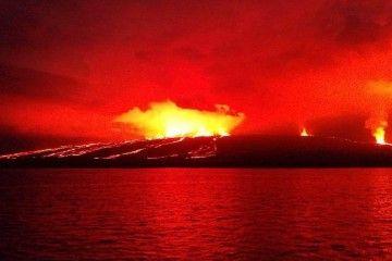 El espectáculo nocturno de la erupción impresiona por su belleza