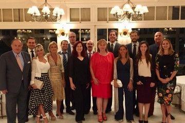 El homenajeado y su esposa y sus colegas cónsules asistentes a la cena de despedida