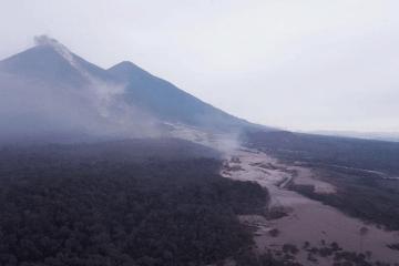La imagen permite observar el cauce por el que se ha desplazado la avalancha del volcán de Fuego