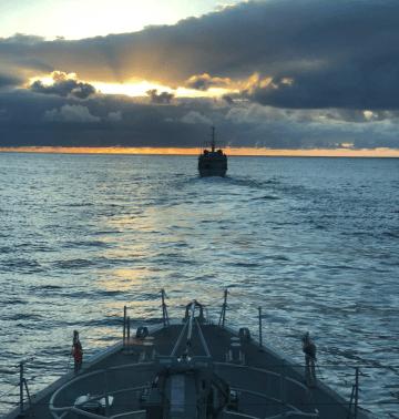 Los buques cazaminas de la Armada española, anoche, navegando entre Tenerife y Gran Canaria