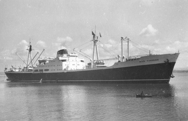 """Estampa marinera del buque """"Mar Tirreno"""", en aguas de la bahía de Santander"""
