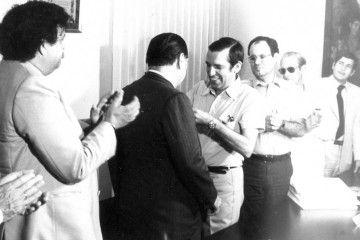 Rafael Caldera recibe una distinción de manos de Antonio Plasencia Trujillo