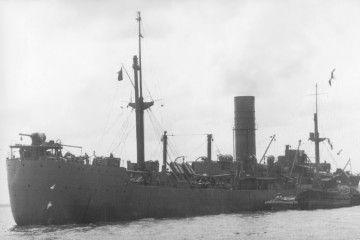 """El buque """"Pacific Star"""", pintado de gris naval, durante la Segunda Guerra Mundial"""