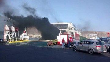 """La densa humareda proveniente del catamarán """"Express"""""""