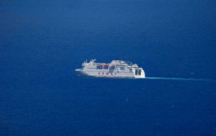 """El buque """"Volcán de Taburiente"""", poco después de reanudar su marcha"""