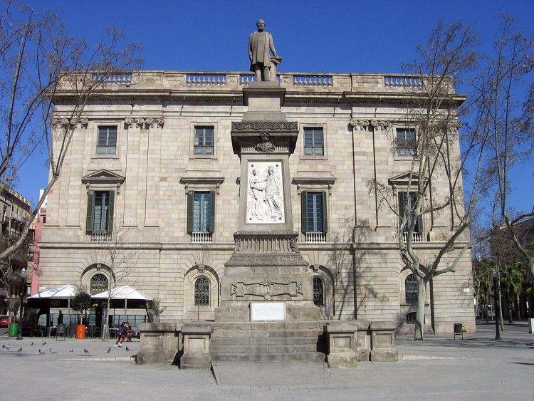 En este pedestal estuvo la estatua del primer marqués de Comillas,  homenaje de la ciudad de Barcelona