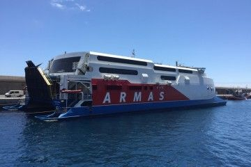 """El catamarán sueco """"Express"""" pernocta en el puerto de Valle Gran Rey"""