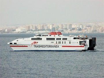 """El catamarán """"Alcántara Dos"""", en aguas del puerto de Melilla"""